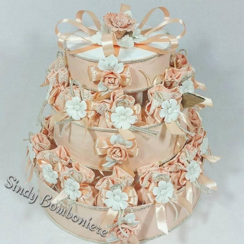 Matrimonio Tema Juta : Torta bomboniera con sacchetti in juta fiore