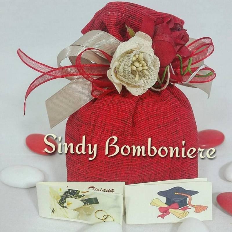Eccezionale Bomboniera confezionata sacchetto rosso in juta con nastri e fiori AU51