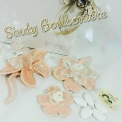 Bomboniere di porcellana a forma di fiore con cristalli e strass