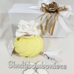 Bomboniere Morena porcellana profumatore con fiore bianco a prezzi stock confezione inclusa