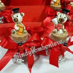 Vasetti per confetti rossi con orso tocco nero pergamena e libro