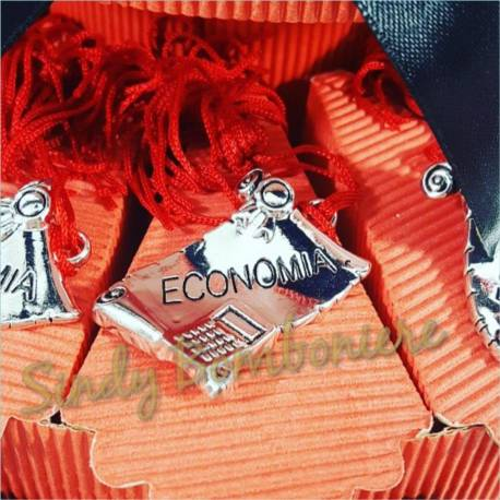 Bomboniere per laurea PERGAMENA argentata per economia con nappina tesi  tocco 88566830406d