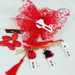 Bomboniera laurea con chiave decorata in 4 varianti diverse, veletto rosso, nappina rossa, confetti e bigliettino