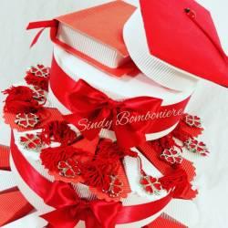 Torta bomboniera laurea con quadrifogli con nappina rossa e centrale tocco e tesi