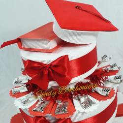Torta bomboniera per laurea in chimica con pergamene con nappina e tocco con tesi