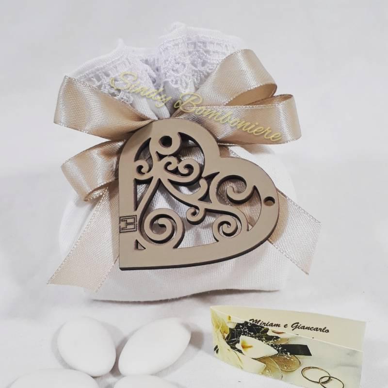 Bomboniere Matrimonio In Legno : Idea bomboniera sacchetto portaconfetti con cuore in legno