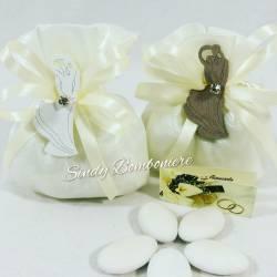 Bomboniere originali matrimonio anniversario sacchettino applicazione in legno sposi abbracciati