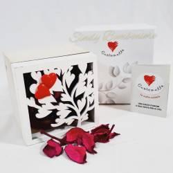 Bomboniera solidale scatola profumatore in legno con albero della vita e cuoricini rossi a magnete CUORE MATTO LINEA CUORE GAIO