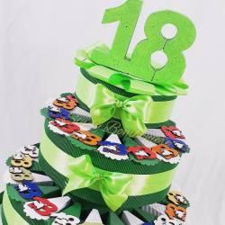 Torta per diciottesimo compleanno con magneti 18 in legno colorati