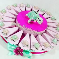 bomboniere tartaruga animaletti argentati con strass e salvadanaio centrale su torta portaconfetti