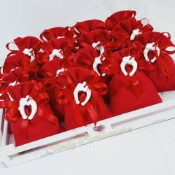 Sacchetti laurea rossi con gessetto staffa di cavallo con nappina confezionati in una cesta