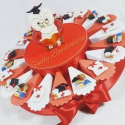 Torta con magneti assortiti con simboli laurea e centrale gufo salvadanaio
