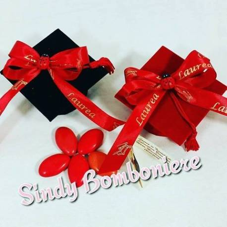 Tocco bomboniere laurea a forma di cappello con nastro rosso e confetti  rossi 2e157a034085