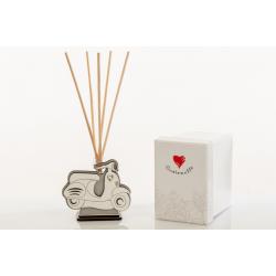 Bomboniera Cuorematto diffusore profumatore per ambiente con kit essenza in legno a forma di vesta italia con lavori in rilievo.