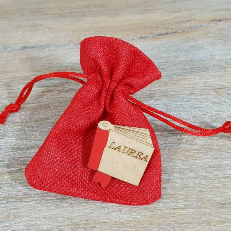 Sacchetto laurea in cotone rosso con tiranti con libro in legno