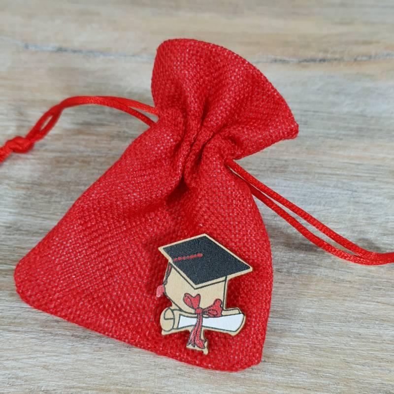 Sacchetto laurea rosso con tiranti con tocco e pergamena in legno