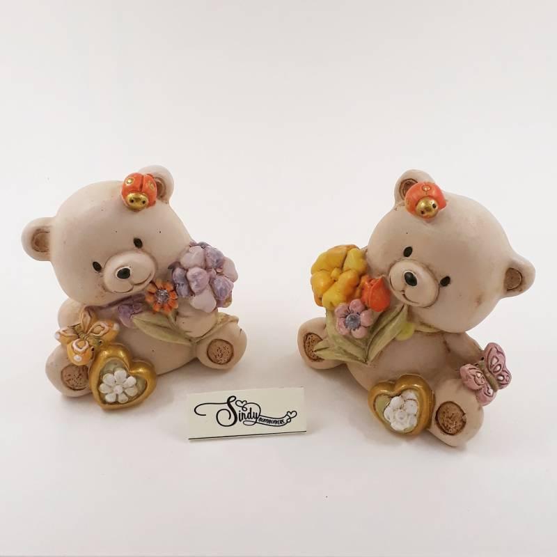 Bomboniera Battesimo orsetto in due posizioni con fiori coccinella e cuore